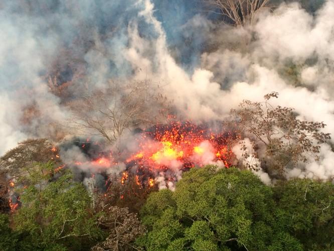 Hãi hùng cảnh núi lửa Kilanuea phun trào tạo nên cột khói bụi cao hàng nghìn mét trên bầu trời Hawaii ảnh 2