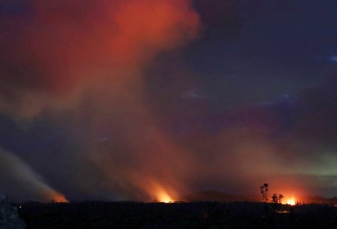 Hãi hùng cảnh núi lửa Kilanuea phun trào tạo nên cột khói bụi cao hàng nghìn mét trên bầu trời Hawaii ảnh 6