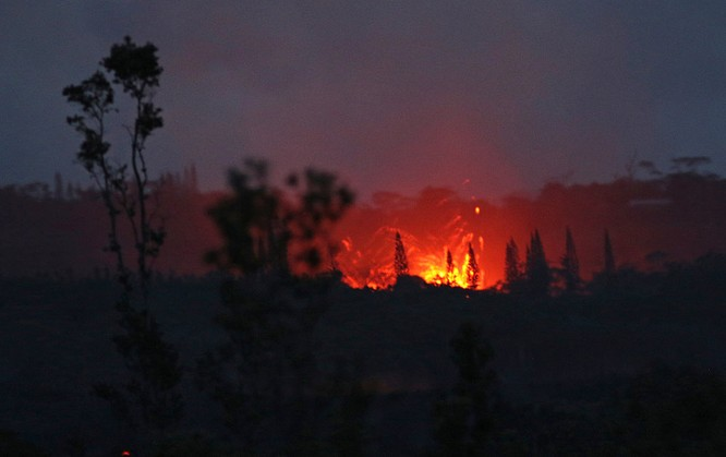 Hãi hùng cảnh núi lửa Kilanuea phun trào tạo nên cột khói bụi cao hàng nghìn mét trên bầu trời Hawaii ảnh 5