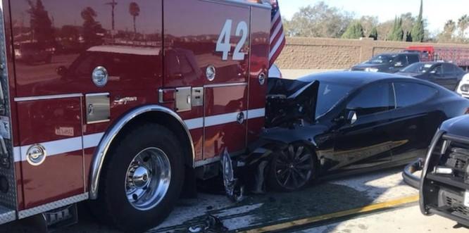 Tesla Model S tông nát xe cảnh sát khi đang ở chế độ Tự lái ảnh 2