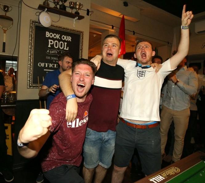 Sau cú đúp của Harry Kane, người Anh ăn mừng như vừa vô địch World Cup ảnh 3