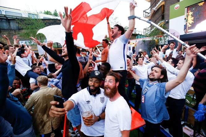 Sau cú đúp của Harry Kane, người Anh ăn mừng như vừa vô địch World Cup ảnh 2