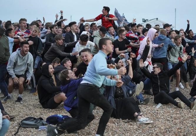 Sau cú đúp của Harry Kane, người Anh ăn mừng như vừa vô địch World Cup ảnh 4