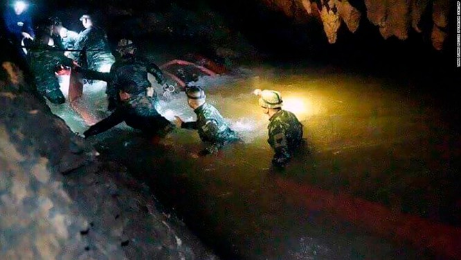 Sau 9 ngày mất tích trong hang ngập lụt, đội bóng nhí Thái Lan đã được tìm thấy ảnh 3