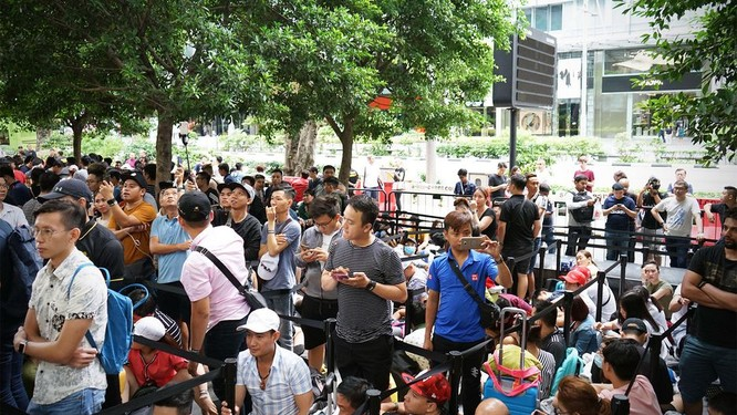 """Hàng dài người xếp hàng khi """"cơn sốt iPhone Xs"""" quét qua Australia và Singapore ảnh 13"""