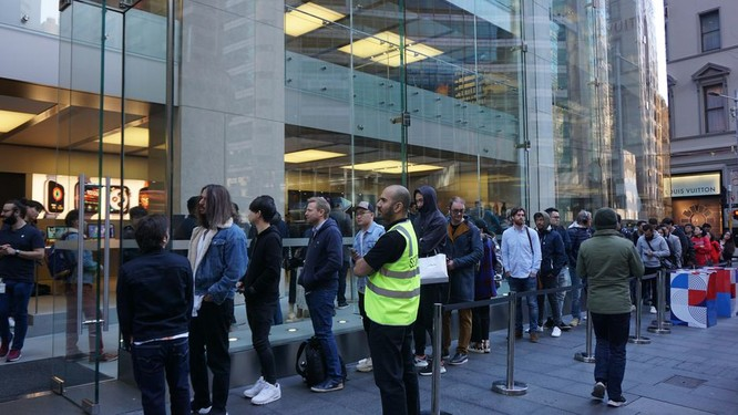 """Hàng dài người xếp hàng khi """"cơn sốt iPhone Xs"""" quét qua Australia và Singapore ảnh 15"""