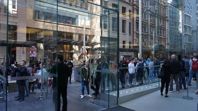 """Hàng dài người xếp hàng khi """"cơn sốt iPhone Xs"""" quét qua Australia và Singapore ảnh 16"""