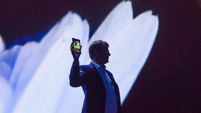 """Chiêm ngưỡng hình ảnh """"bằng da, bằng thịt"""" đầu tiên của smartphone gập do Samsung phát triển ảnh 1"""