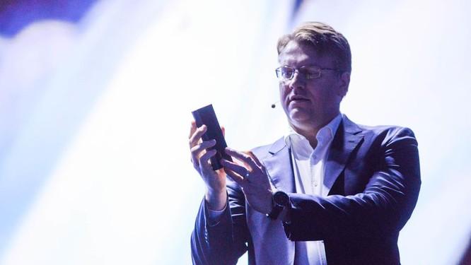 """Chiêm ngưỡng hình ảnh """"bằng da, bằng thịt"""" đầu tiên của smartphone gập do Samsung phát triển ảnh 2"""