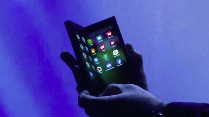"""Chiêm ngưỡng hình ảnh """"bằng da, bằng thịt"""" đầu tiên của smartphone gập do Samsung phát triển ảnh 3"""