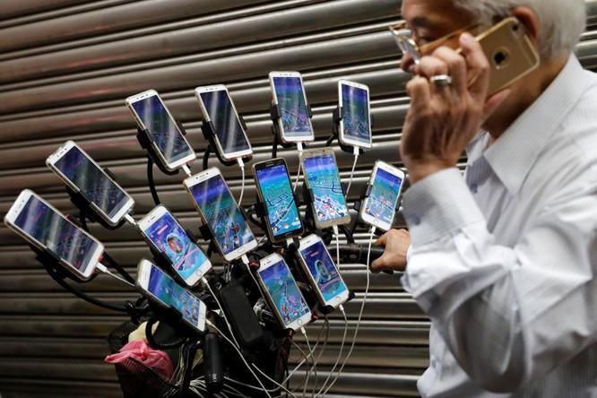 Gặp cụ ông 70 tuổi người Đài Loan săn Pokémon bằng 21 chiếc smartphone ảnh 1