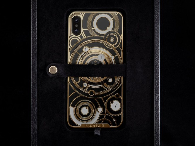 Ở phiên bản đặc biệt này của Caviar, bạn sẽ tháo dây đeo nhấc iPhone ra khỏi hộp đựng. Ảnh: BI