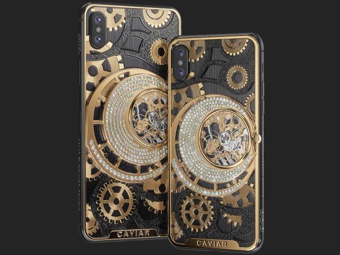 Mặt sau của Caviar iPhone XS và XS Max được chạm khắc bằng titan đen, mạ vàng và đính 252 viên kim cương. Ảnh: BI