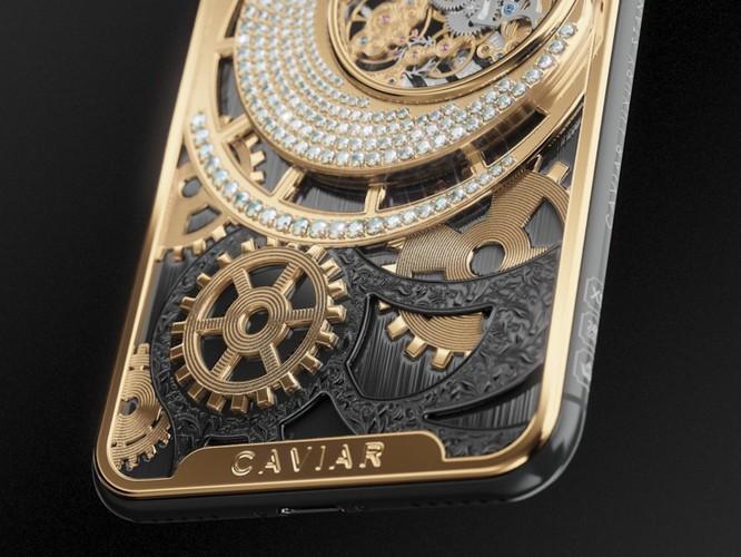 Logo Caviar được khắc chìm trên phần mạ vàng dưới thân máy. Ảnh: BI