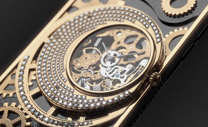 Các bộ phận của đồng hồ cơ làm bằng bạch kim và được bảo vệ dưới mặt kính sapphire. Vì không được cấp nguồn bởi iPhone, vì vậy sau mỗi 30 giờ người dùng phải lên dây cót bằng tay cho chiếc đồng hồ này. Ảnh: BI