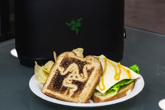 Chiều lòng fan, CEO Razer hứa phát triển… lò nướng bánh mỳ ảnh 1