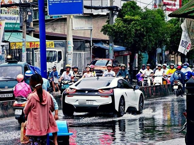 Hình ảnh BMW i8 lội nước tại Sài Gòn gây xôn xao trên mạng xã hội nước ngoài ảnh 4