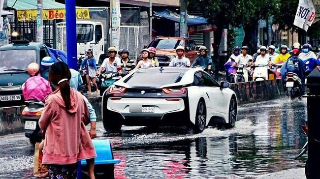 Hình ảnh BMW i8 lội nước tại Sài Gòn gây xôn xao trên mạng xã hội nước ngoài ảnh 1
