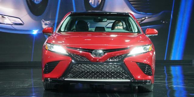 Toyota Camry 2018: Lột xác về thiết kế từ trong ra ngoài, thêm động cơ mới ảnh 2
