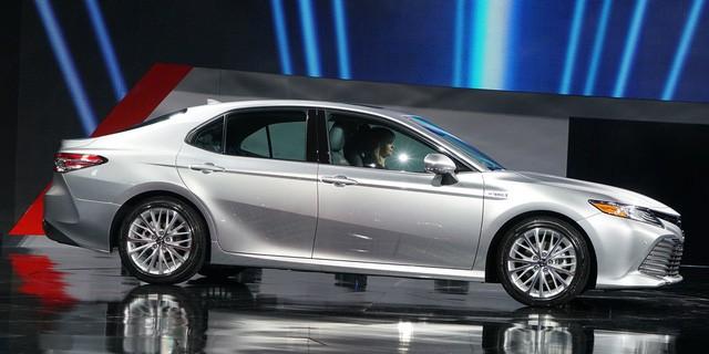 Toyota Camry 2018: Lột xác về thiết kế từ trong ra ngoài, thêm động cơ mới ảnh 3