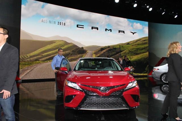 Toyota Camry 2018: Lột xác về thiết kế từ trong ra ngoài, thêm động cơ mới ảnh 10