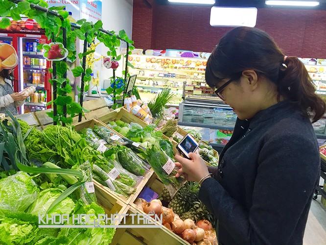 Dùng smartphone mua thực phẩm an toàn ảnh 1