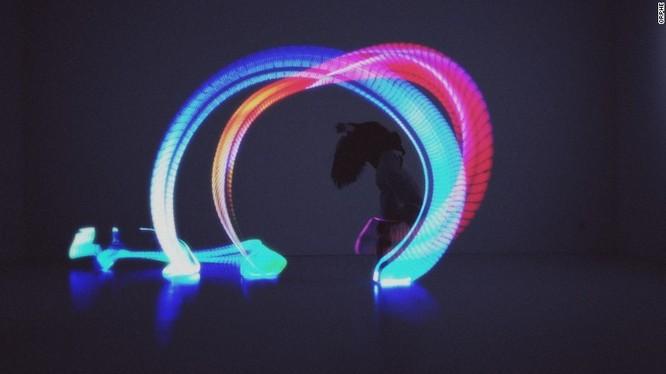 Đế giày thông minh: Nó được trang bị gần 100 đèn Led và càm biến chuyển động để tạo ra các mô hình di chuyển khi biểu diễn. Thiết bị dành cho riêng cho vũ công và những người biểu diễn.
