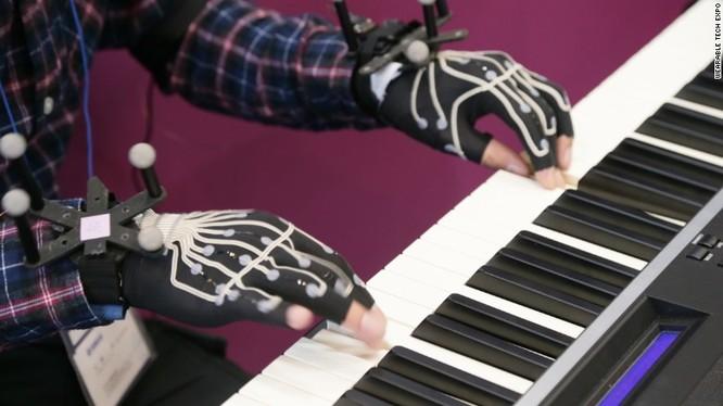 Găng tay dành cho người đánh piano - chiếc găng tay này được trang bị 12 bộ cảm biến chuyển động, ghi lại những chuyển động của tay khi người dùng đánh đàn. Dữ liệu này sau đó sẽ được đem ra phân tích phục vụ việc đánh giá, chấm điểm.