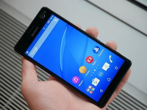 Sony Xperia C4 (6,2 triệu đồng): Mặc dù ra mắt từ tháng 05/2015 nhưng Sony Xperia C4 vẫn là một trong những lựa chọn sáng giá trong phân khúc tầm trung khi cần chụp ảnh selfie. Máy được trang bị camera trước độ phân giải cao 5 megapixel với cảm biến Exmor R, ống kính góc rộng 25mm với góc nhìn rộng 80 độ và đi kèm đèn Flash LED mặt trước. Đèn flash LED cho camera trước của máy không chỉ chiếu sáng khi chụp ảnh selfie còn được tinh chỉnh để phù hợp hơn khi sử dụng ở cự ly gần lúc chụp ảnh