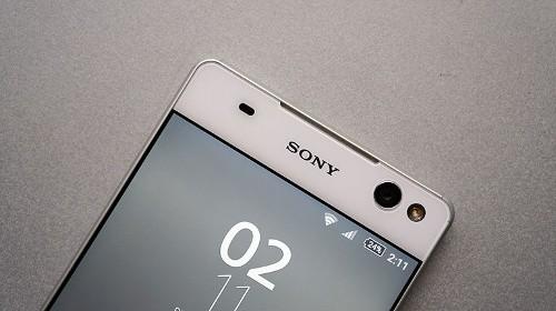 Sony Xperia C5 Ultra (8 triệu đồng): Ngoài Xperia C5 Ultra thì Sony còn một đại diện khác cũng nổi bật không kém chính là Xperia XA Ultra (7,49 triệu). Đây là mẫu phablet 6 inch và là bản phóng to của Xperia XA và là một trong số những thiết bị tầm trung có camera trước độ phân giải lớn nhất hiện nay lên tới 16 megapixel, thậm chí còn hỗ trợ cả chống rung quang học cho chất lượng selfie tốt hơn đi cùng đèn flash LED, khẩu độ f/2.6 và ống kính góc siêu rộng 88 độ.