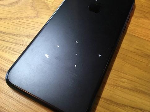 Người dùng phàn nàn iPhone 7 phiên bản màu đen dễ tróc sơn ảnh 1