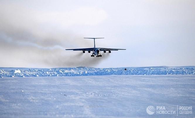 Máy bay IL 76 chở đoàn chuẩn bị hạ cánh