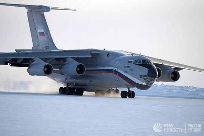 Máy bay hạ cánh xuống sân bay Nagurskoie