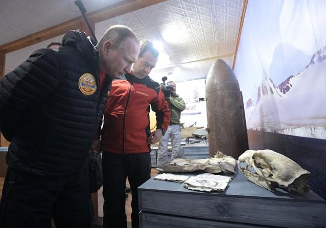 Tổng thống tham quan phòng trưng bày các hiện vật từ thời Chiến tranh Vệ quốc trên đảo