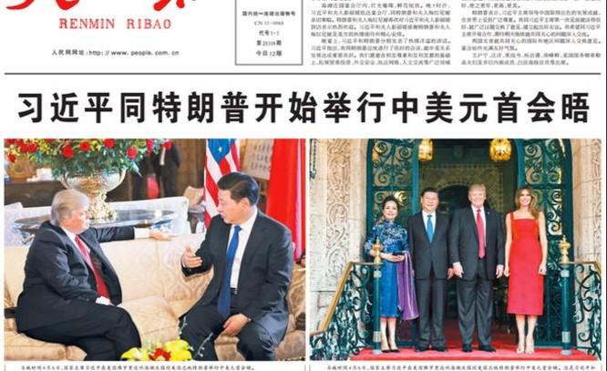 Hình: Theo The New York Times, báo chí Trung Quốc (trong hình là tờ Nhân dân Nhật báo) hoan hỉ đăng tấm hình Trump ngồi tiếp chuyện Tập trong đó Trump ngồi tựa vào sofa, tay xõa lên thành ghế, trong khi Tập ngồi thẳng, tư thế nghiêm nghị, thể hiện nhiều quyền lực hơn, và hàm ý rằng bức hình biểu tượng cho thế cửa trên của Tập so với Trump.