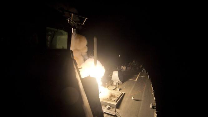 Tàu chiến USS Ross (DDG 71) phóng tên lửa Tomahawk vào sân bay Không quân Syria