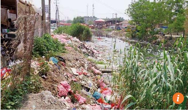 Núi rác thải ven hồ