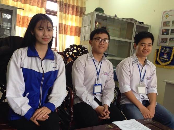 Vũ Nhật Hào (đeo kính) và các bạn cùng lớp