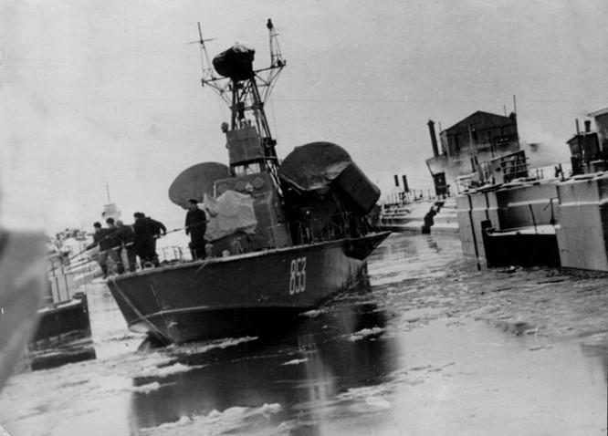 Tàu tên lửa Project 183R lớp Komar được Liên Xô thiết kế và đóng trong những năm 1950 -1960, dành cho nhiệm vụ duy nhất tấn công tiêu diệt chiến hạm bằng tên lửa hành trình chống tàu. Đây là tàu tên lửa đầu tiên trên thế giới và cũng là tàu tên lửa đầu tiên mà Hải quân nhân dân Việt Nam được tiếp nhận. Nguồn ảnh: Military Edge