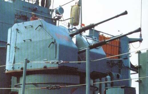 Hỏa lực chính của tàu Komar gồm 2 tên lửa hành trình đối hạm P-15 Termit (NATO định danh SS-N-2A Styx) trong bệ phóng KT-67. Cho đến nay loại tên lửa này vẫn còn trong trang bị của Hải quân nhân dân Việt Nam. Ngoài ra tàu còn có một pháo hạm 2 nòng cỡ 25mm 2M-3M. Nguồn ảnh: NavWeaps
