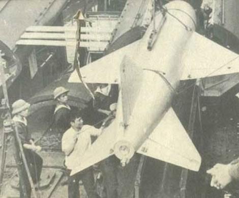 Trong hình là các chiến sĩ kỹ thuật của Hải quân nhân dân Việt Nam đang tiến hành nạp đạn P-15 Termit cho tàu tên lửa project 183R lớp Komar để chuẩn bị cho nhiệm vụ tuần tra bảo vệ lãnh hải Việt Nam. Nguồn ảnh; QĐNDVN