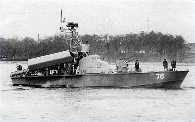 Phiên bản đầu tiên của tên lửa diệt hạm P-15 có cánh cố định trang bị trên tàu tên lửa project 183R lớp Komar có thiết kế là thân hình trụ, mũi tròn, hai cánh tam giác ở giữa hai bên thân và ba đuôi định hướng xếp thành hình tam giác. Ngoài ra nó còn một khoang nhiên liệu rắn để sử dụng trong quá trình tăng tốc. Trong ảnh là tàu chiến lớp Kormar của Hải quân Ai Cập. Nguồn ảnh: ShipSpotting