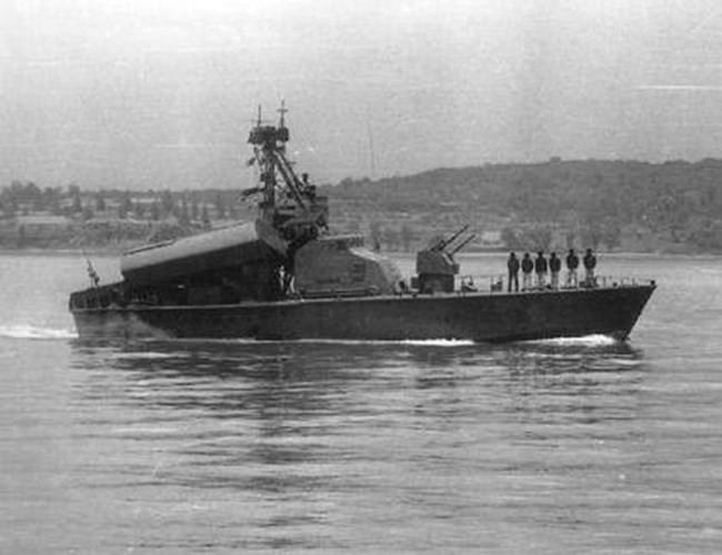 Với hỏa lực như vậy, trong tác chiến, tàu Komar có thể độc lập hoặc đi theo đội hình cùng tấn công mục tiêu lớn với sự yểm trợ không quân. Ngày nay các tàu chiến lớp Komar đã được rút ra khỏi biên chế để nhường chỗ cho các chiến hạm có sức chiến đấu mạnh mẽ hơn, tuy nhiên vai trò là tàu chiến mang tên lửa đầu tiên của Hải quân Việt Nam vẫn được ghi nhận và từng là biểu tượng sức mạnh một thời của Hải quân Việt Nam. Nguồn ảnh: ShipSpotting