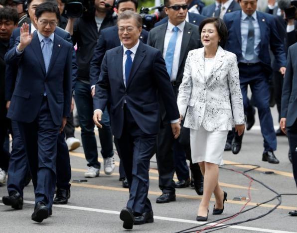 Tân Tổng thống Moon Jae - in và Phu nhân bước vào Nhà Xanh (Phủ Tổng thống)