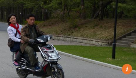 Người dân Bình Nhưỡng đi trên xe đạp điện BYD của Trung Quốc