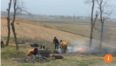 Công nhân đốt nhựa đường để sửa chữa mặt đường
