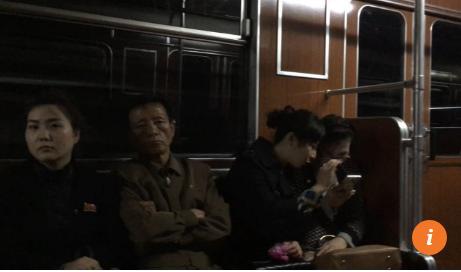 Hành khách đi tàu điện ngầm ở Bình Nhưỡng sử dụng smart phone như ở các thành phố lớn khác trên thế giới