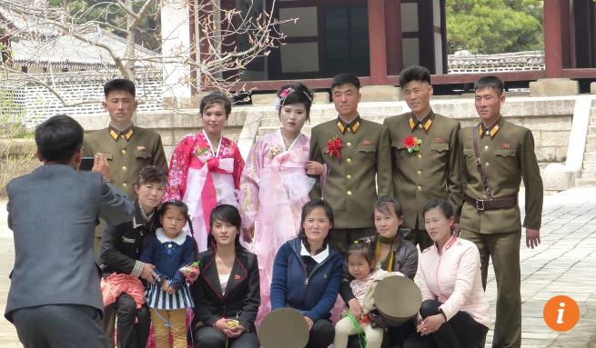 Các quân nhân tổ chức lễ cưới nhân ngày lễ kỷ niệm Ngày thành lập Quân đội