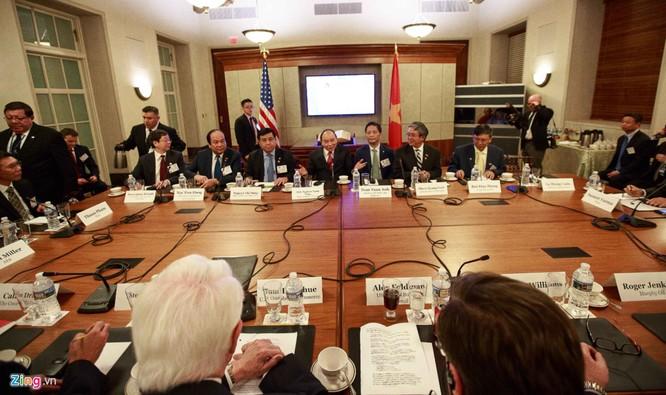 Tại Washington DC, Thủ tướng Nguyễn Xuân Phúc tiếp một số quan chức, tập đoàn của Mỹ, dự tọa đàm với Phòng Thương mại Mỹ và Hội đồng Kinh doanh ASEAN - Mỹ và dự lễ trao các văn bản thỏa thuận về thương mại, đầu tư. Ảnh Thanh Tuấn