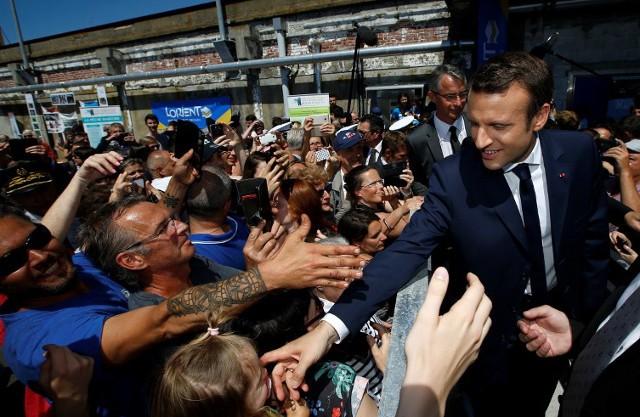 Ông Macron với những người ủng hộ